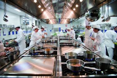 Les grands chefs du cordon bleu forment les tudiants de l - Escuelas privadas de cocina ...